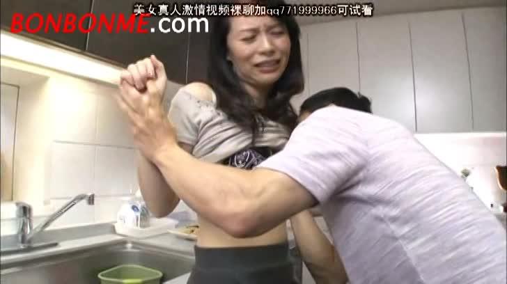 【井上綾子】四十路スレンダー貧乳美熟女母親が息子に無理やりベロチューさ...