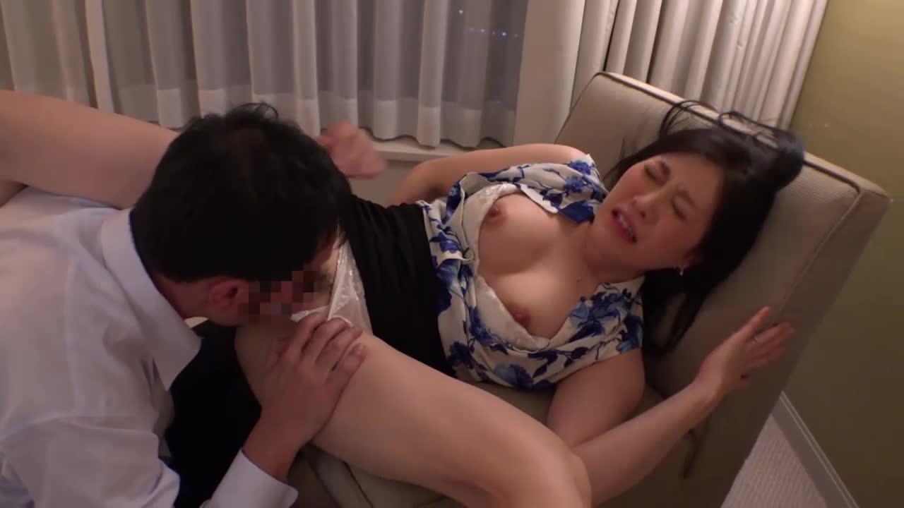 36歳の料亭の女将がホテルでセクシーランジェリーを身に纏い男と濃密SEXにイキまくる!